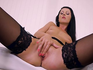 Milf does her best to turn you on in solo action