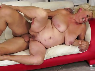 Blonde harlot with huge boobs has great cock sucking experience and expands it with horny guy