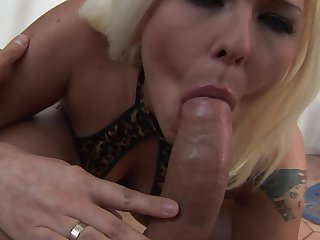 Simony Diamond is on the way to the height of pleasure with her mans schlong in her mouth